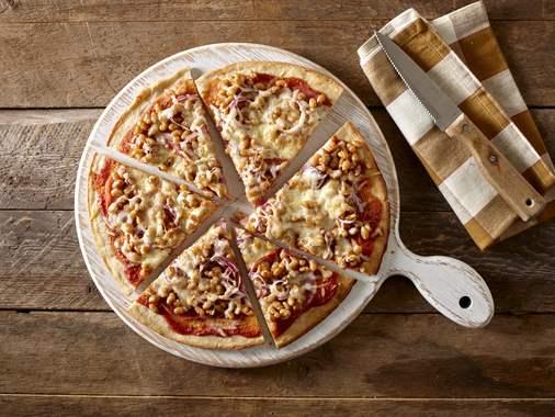 Pizza garnie aux fèves au lard