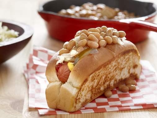 Hot-dog garni de fèves au lard